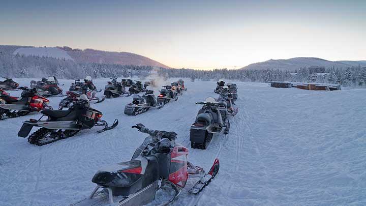 snøscooter gruppe på island