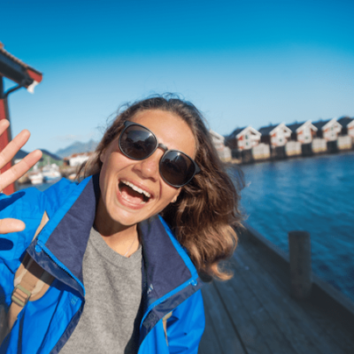 glad jente på gruppetur i nord norge