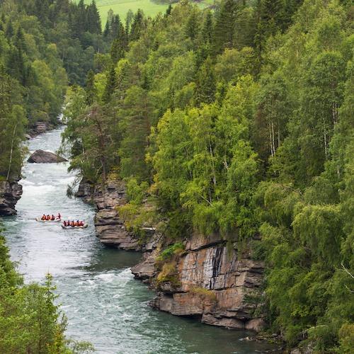 gruppetur på rafting i elven