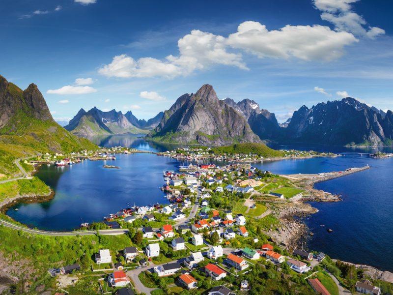 firmatur til lofoten med høye fjell og dype fjorder