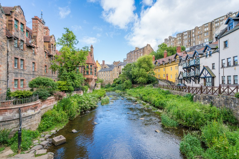 Reise til Edinburgh  bybilde  elv  grønt